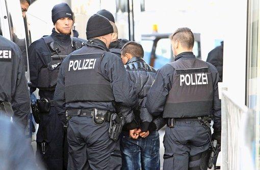 Unter Flüchtlinge mischen sich gezielt Straftäter – eine unmittelbare Ausweisung müssen sie allerdings nicht fürchten, kritisiert die Polizei. Foto: dpa