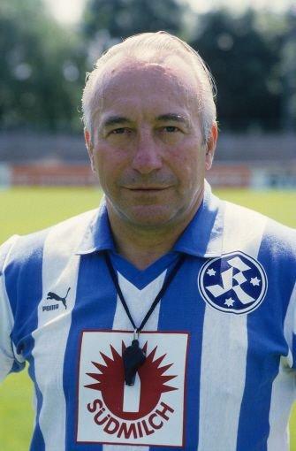 Von 1983 bis 1985 coachte bHorst Buhtz/b die Stuttgarter Kickers. Der mittlerweile 89-Jährige hält übrigens einen einmaligen Rekord: Fünf von ihm trainierte Mannschaften - Neunkirchen, Wuppertal, Dortmund, Nürnberg und Uerdingen - stiegen in die 1. Bundesliga auf.br Foto: Pressefoto Baumann