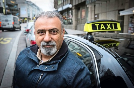 Talip Özdemir fährt seit zwölf Jahren in Stuttgart Taxi – den Spaß daran, sagt er, könne man angesichts schwindender Kundschaft und wachsender Staus verlieren. Foto: Lichtgut/Achim Zweygarth