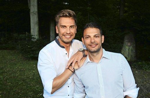 TV-Moderator Chris Fleischhauer (links) hat sich mit Steffen Schneider verlobt Foto: Sage