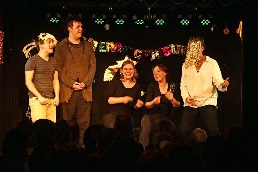 So stellt sich das Improvisationstheater den Heiligen Abend bei Annette und Margot, zwei Besucherinnen der Show, nach deren kurzen Hinweisen ihrer Feiertradition vor. Foto: Recklies