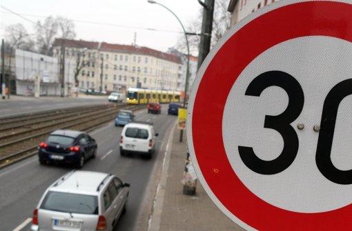 Ein Tempo-30-Schild: Experten befürchten negative Umweltwirkung bei einer großflächigen Einführung in Innenstädte Foto: dpa