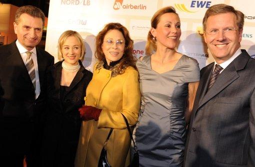 Posieren für die Fotografen: (v. li.) Günther Oettinger , Ministerpräsident von Baden-Württemberg, seine Freundin Friederike Beyer, Schauspielerin Fay Dunaway, Bettina Wulff und Niedersachsens Ministerpräsident Christian Wulff (CDU) 2009  in Hannover auf dem 'Nord-Süd-Dialog' Foto: dpa