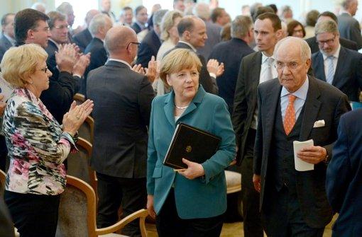 Der Stuttgarter Anwalt und Stiftungsgründer  Brun-Hagen Hennerkes mit  Bundeskanzlerin Angela Merkel. Foto: dpa