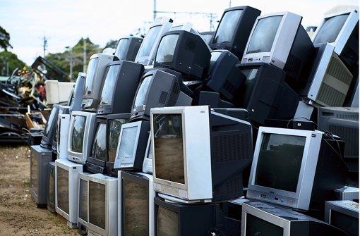 Zu groß und mit schlechter Bildqualität: Tonneweise landen alte Röhrenfernseher auf dem Sperrmüll, weil sie durch ein Flachbildgerät ersetzt werden. Leisten kann sich das der Deutsche: 36 Stunden muss er heute noch für einen neuen Fernseher arbeiten, 1960 waren es 338 Stunden. Foto: Fotolia