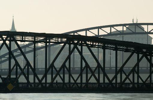 Auto fährt in Hafenbecken - Fahrer in Lebensgefahr