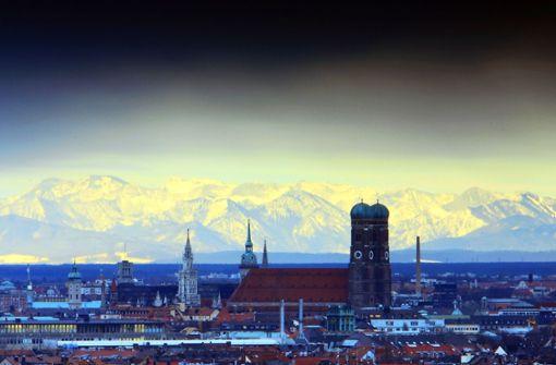 Die Münchner Frauenkirche mit den Alpen im Hintergrund. Die bayerische Hauptstadt ist und bleibt die teuerste Großstadt in Deutschland. Im Durchschnitt kostet eine neue Eigentumswohnung hier 7500 Euro pro Quadratmeter. Foto: dpa