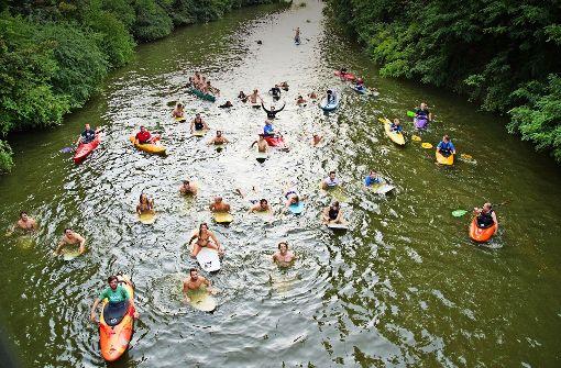 Für ihre Neckar-Welle gehen diese Surf-Fans sogar baden. Foto: Lichtgut/Oliver Willikonsky