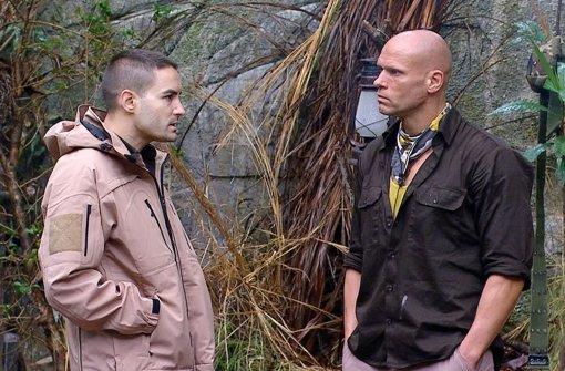 Menderes Bagci (l.) erzählt Thorsten Legat das er noch Jungfrau ist. Der Ex-Fußballprofi und Fußballtrainer kann es nicht fassen Foto: RTL