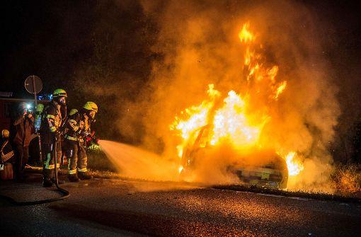 Feuerwehr übt an brennendem Auto