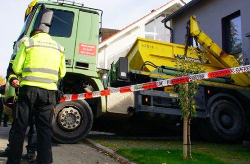 Lastwagen kracht in Hausfassade